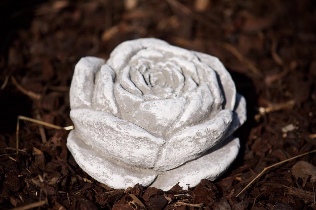 stein blüte frostfest garten deko steinguss skulptur rose, Terrassen ideen